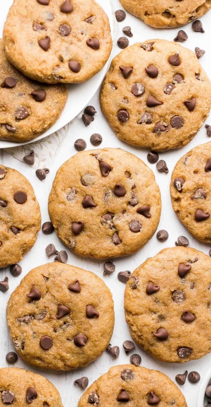 essen zum mitnehmen, gesunde kekse mit schokoladenchips und erdnussbutter, kleine snacks