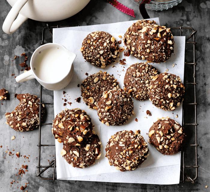 essen zum mitnehmen, kakokekse mit nüssen, kekse mit kakao und erdnüssen, partyessen