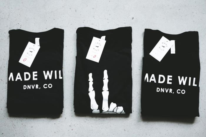 etiketten gestalten, schwarze t shirts, weiße papieretiketten, hängeetiketten aus papier