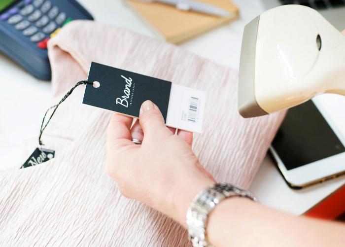 etiketten selbst gestalten, hängeetikette in schwarz und weiß, papieretikette, rosa bluse