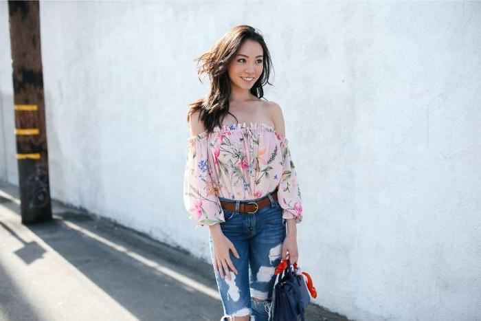 faire kleidung, eine schöne frau mit einem rosaroten hemd mit roten blumen und jeans