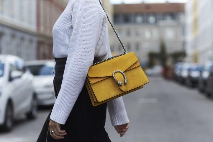 alternative kleidung, gelbe tasche von gucci, weiße bluse, schwarzes rock, ideen
