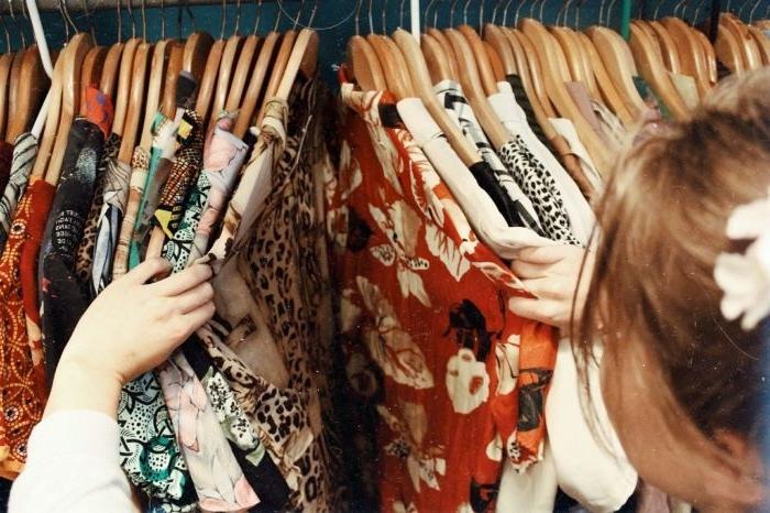 alternative kleidung, eine vintage style garderobe, dunkle orange farbe, weiße blumen, eine frau sucht sich outfit für den tag aus
