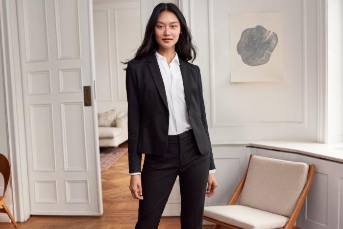 alternative kleidung, schwarzer anzug, eine frau mit weißem hemd, schöne junge frau idee