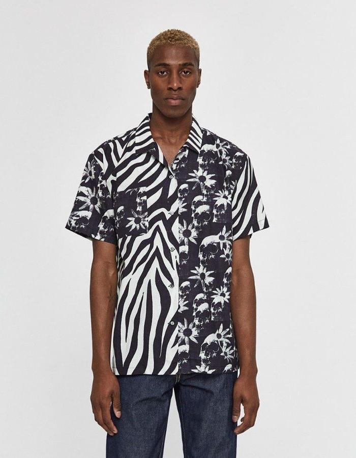 bio kleidung, ein junger mann mit coolem shirt, schwarz weiß mit zebra print und blumenmuster mischung