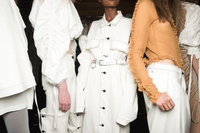 bio kleidung, beige bluse, weiße hose, weiße outfit ideen für damen und herren