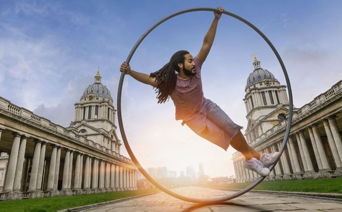 fair trade kleidung für die beiden geschlechtern, ein mann in einem runden ring, architektur