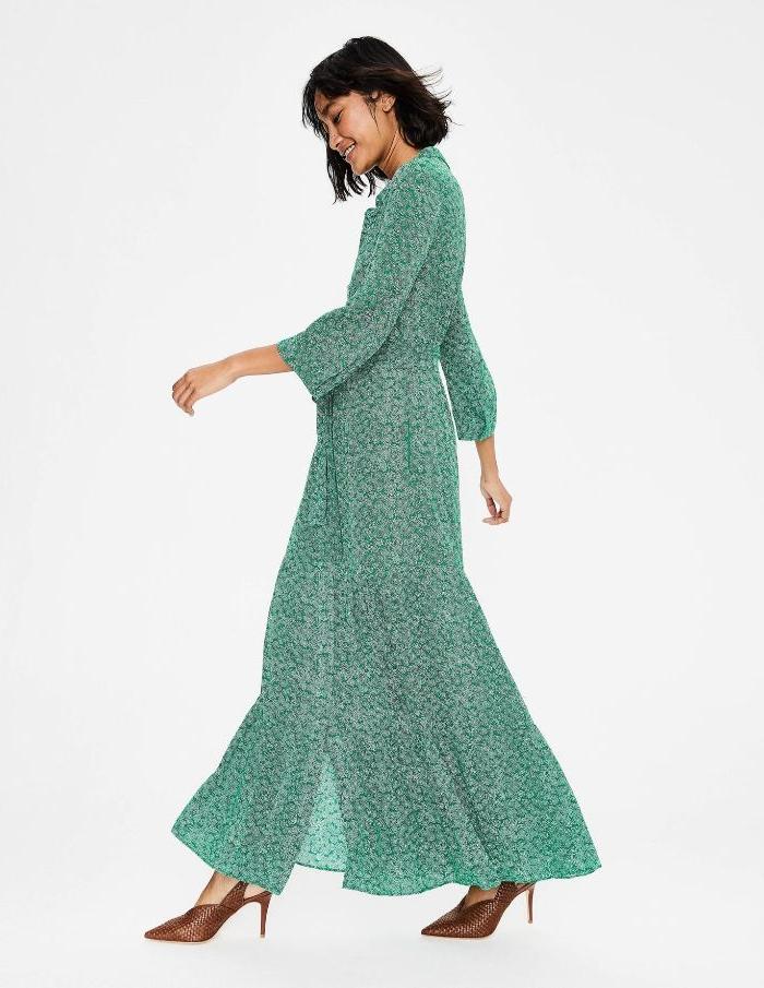 faire kleidung, eine schöne junge frau trägt kleid von den recycleten modellen von h und m, türkisgrün mit kleinen floralen motiven