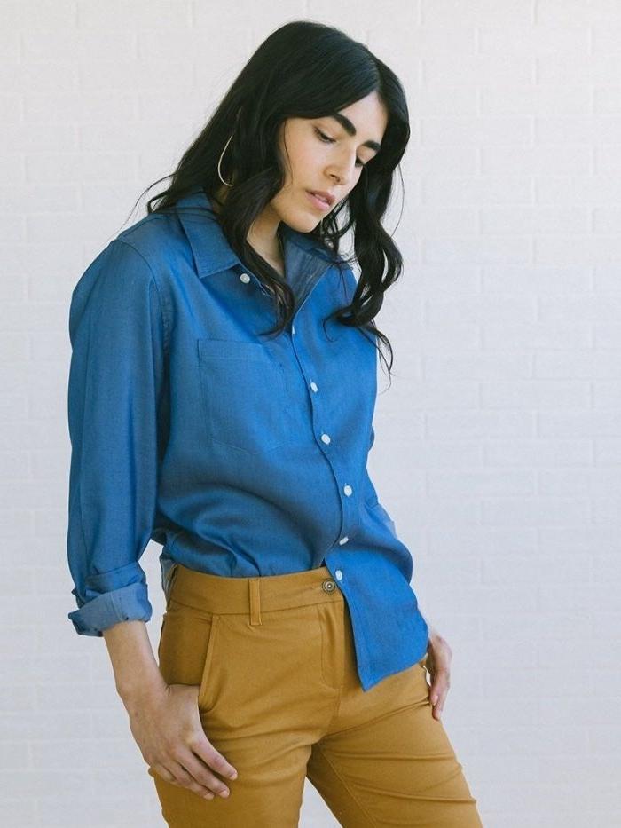 faire kleidung, vintage. second hand oder recycleter kleidung in senfgelb oder blau, eine frau mit dunklen haaren