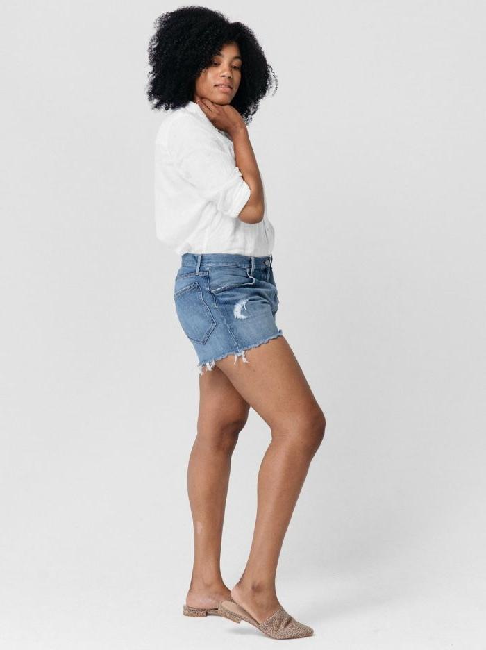 faire kleidung, casual outfit idee für den sommer, eine junge frau mit kurzen jeanshosen und weißes hemd