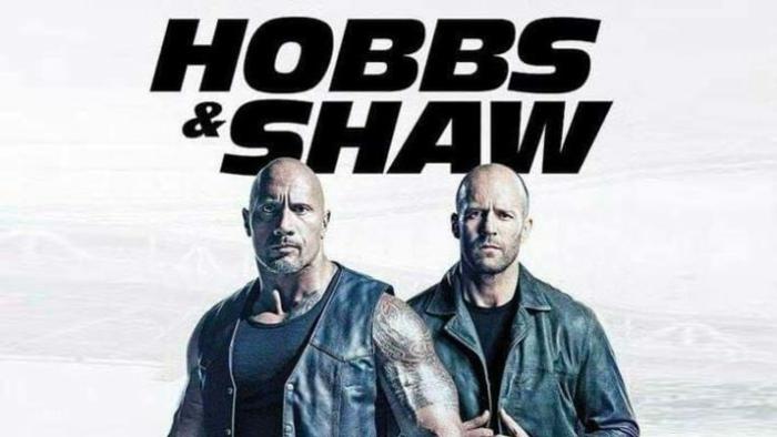 Fast Furious Hobbs Shaw, die beiden Hauptfiguren unter einer Aufschrift mit ihren Namen