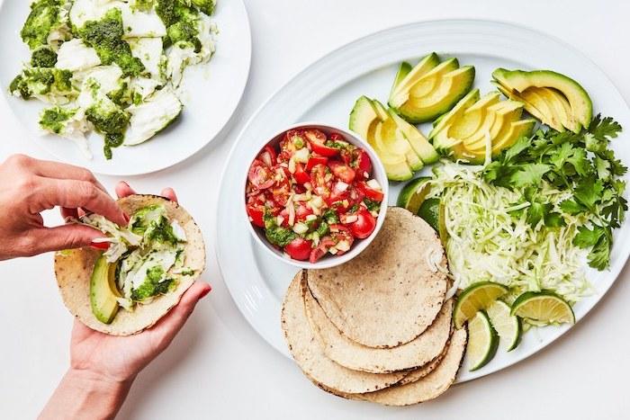 Tortilla Wraps mit Füllung aus Avocado, frischer Petersilie, Cherrytomaten und Kohl