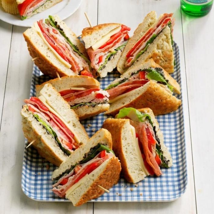 fingerfood rezepte einfach, gesunder snack, mini wandwiches mit schinken, paprika, und grüner salat