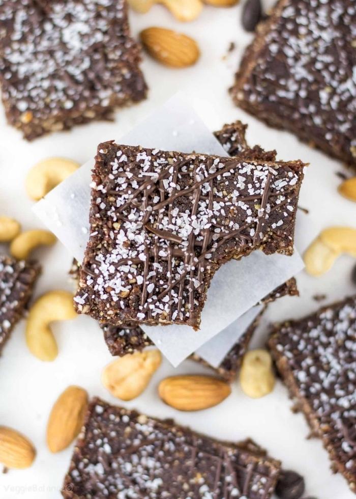 fingerfood rezepte einfach, protein riegel mit kako und nüssen, bars mit schokolade, mandeln und cashewnüssen