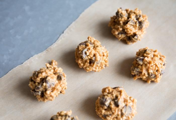 fingerfood rezepte einfach, bällchen mit schokoaldenchips und haferflocken, gesundes picknickessen