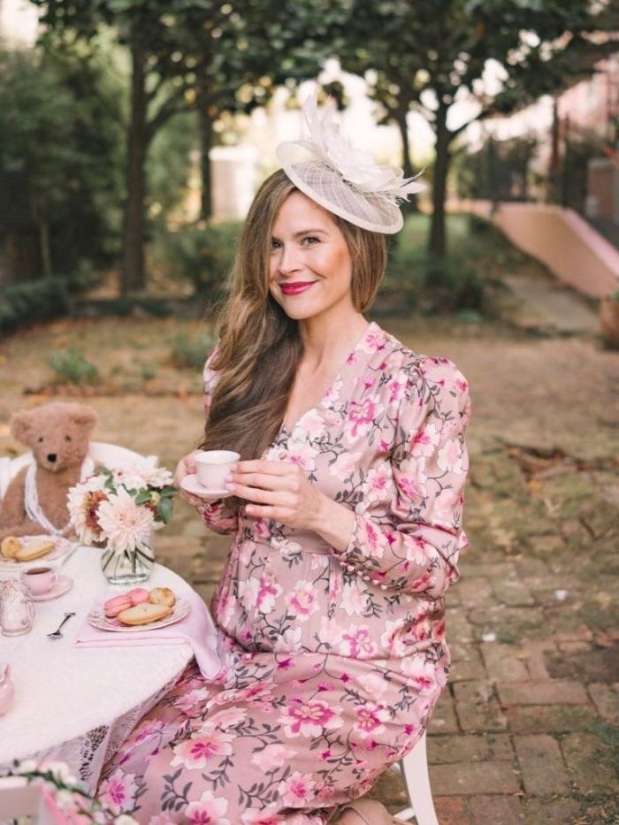 20 er jahre outfit, eine moderne frau mit buntem outfit, teeparty kleidung, weißes kleid mit rosa, haatschmuck und hut