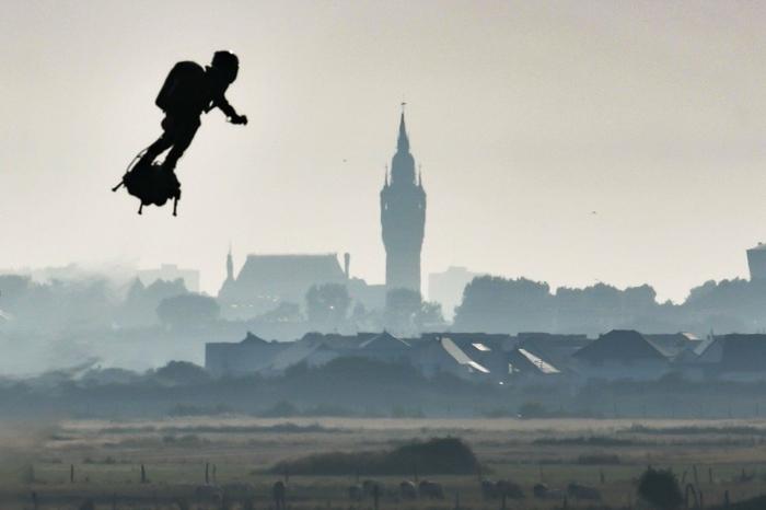 die fliegende Maschine, Flyboard, die Zukunft von Flügen, eine schöne Landschaft