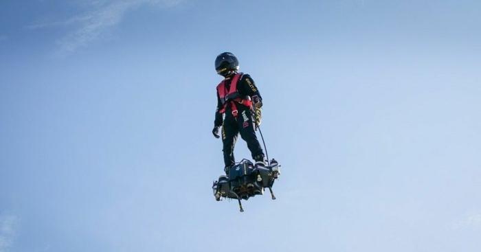 Franky Zapata Flyboard sieht unglaublich cool in der Luft aus, heller Himmel