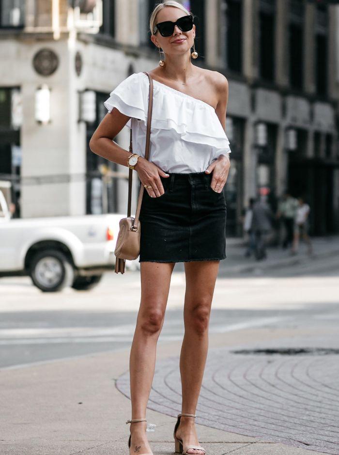 schwedische mode für den alltag im sommer, kurzer schwarzer rock mit weißer bluse und brille schwarz