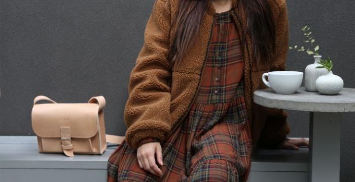 modekataloge scandi style ideen von archzine, dunkle erdtöne mit heller beigen tasche tragen, eine frau sitzt am kaffeetisch
