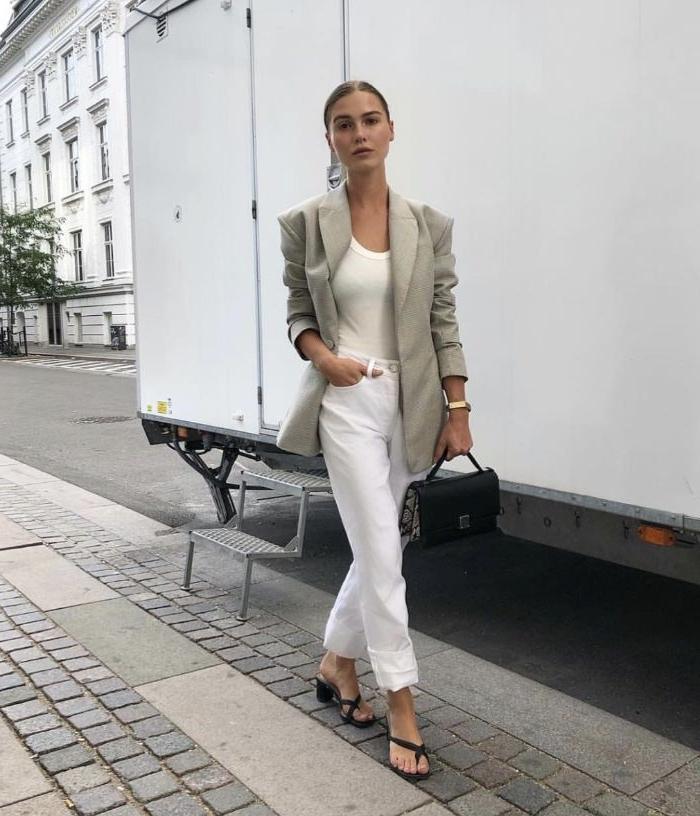 kataloge mode, modekataloge ideen aus den skandinavischen ländern, weiße kleidung, graues oberteil, schwarze sandalen, tasche