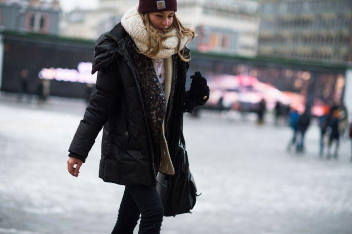 kataloge mode, schwarze jacke, weißer schal, einen schwarzen hut, wintermode für frauen