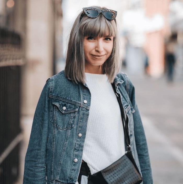 dänische kindermode, die erwachsene auch tragen können, teenagerstyle jeans jacke, weiße bluse, brille
