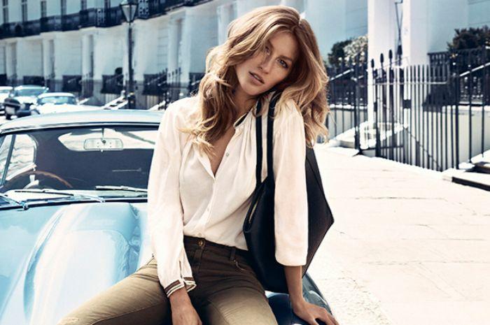 modekataloge, scani style, weiße bluse, beige hose, eine frau mit schwarzer tasche, mittellange dunkelblonde haare