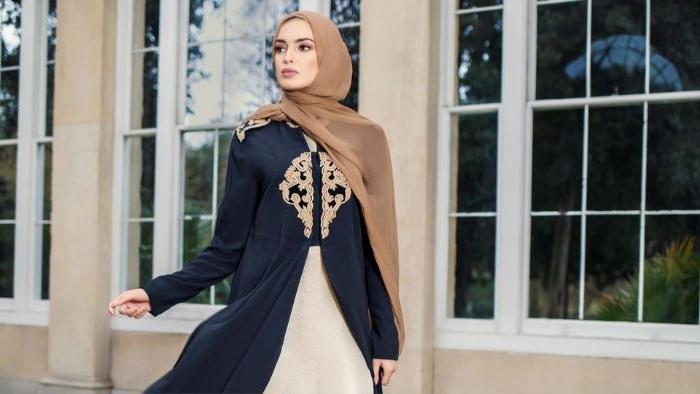 modekataloge, scani style, kopftuch mode aus den kalten ländern, beiges kopftuch, golden verziertes oberteil