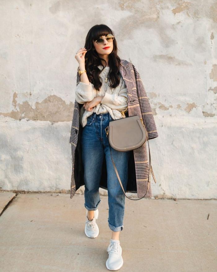 modekataloge, scani style, einen mantel oder trenchcoat auf weiße bluse und jeans mit nackten gelenken, weiße sneakers, beige tasche, runde brille, roter lippenstift, perfektes streetstyle outfit