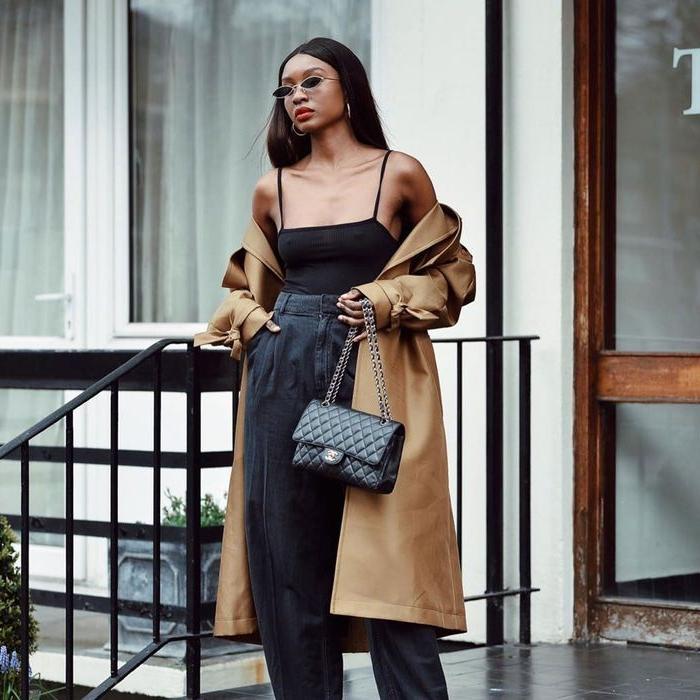 modekataloge, scani style, schwarze kleidung, beiger mantel, kleine sonnenbrille, chanel tasche, roter lippenstift