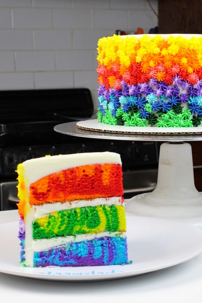 torte regenbogen backen, geburtstagskuchen für kinder, weiße creme, bunte farben, geburtstgskuchen