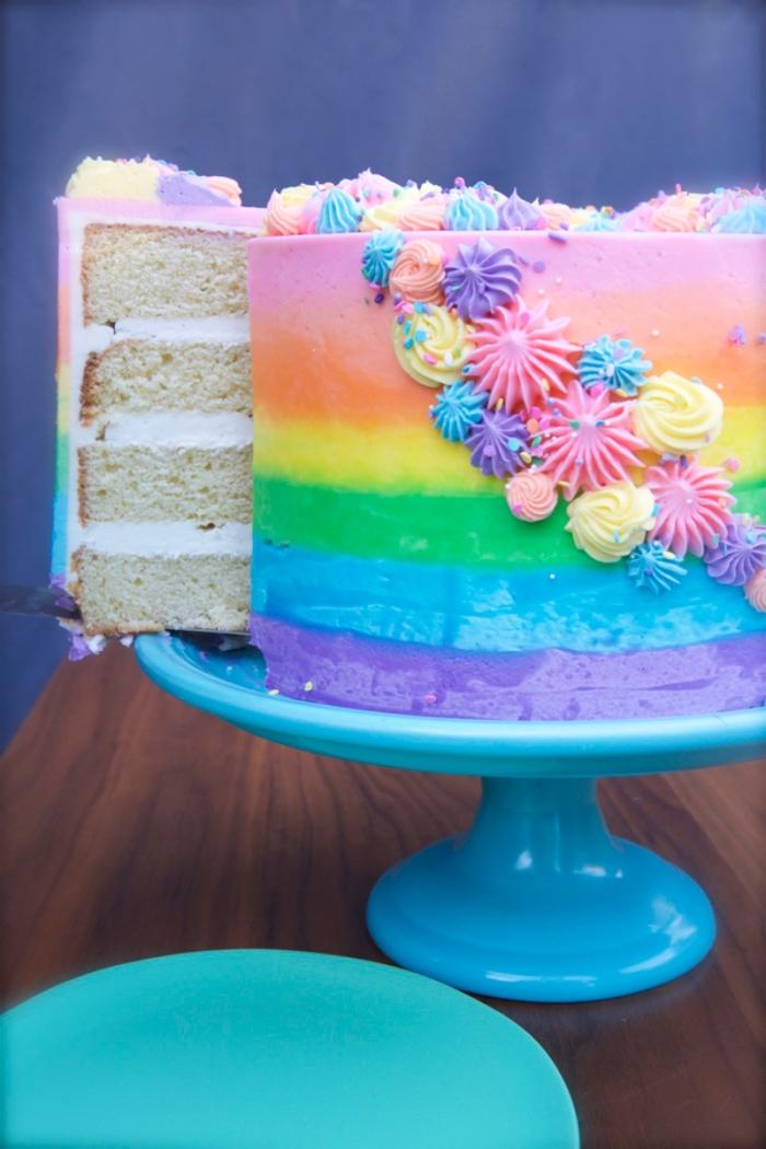 geburtstagskuchen mädchen, regenbogen torte dekoriert mit kleinen blüten aus sahne, kuchen für kinder