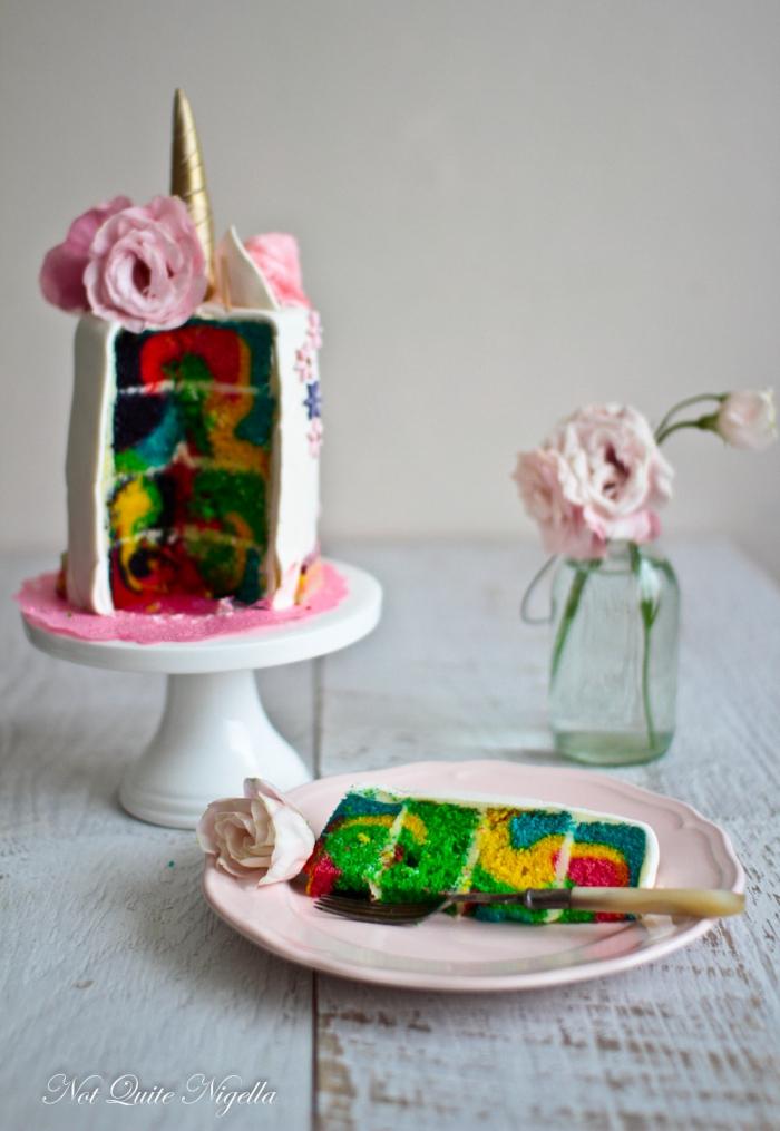 geburtstagskuchen mädchen, torte mit boden in den regenbogenfarben, goldener horn, blüten