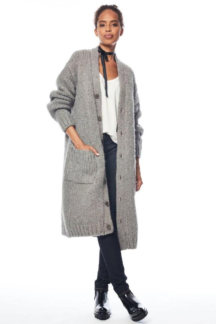 bio kleidung, eine model mit casual outfit, choker und eine große graue gestrickte weste, gebundene haare