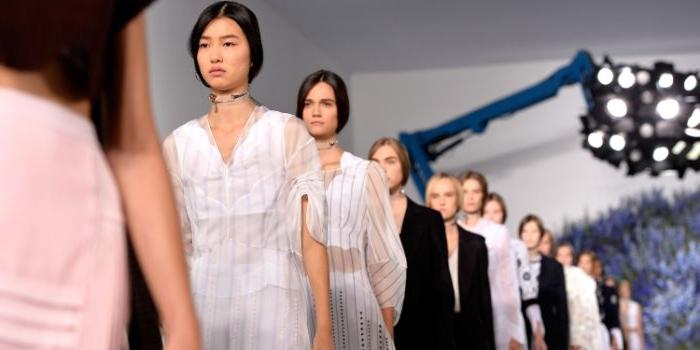 bio kleidung, modeschau, viele models auf einmal weiße und schwarze outfit ideen zum entlehnen