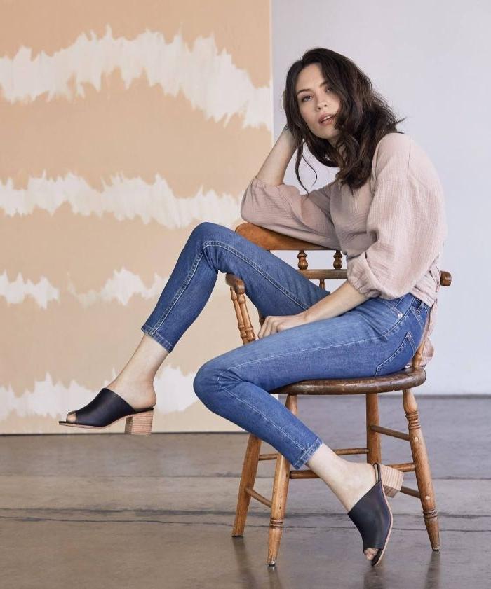 fairtrade kleidung, eine schöne frau mit den trendy absatzschuhen in schwarz, jeans, beige bluse