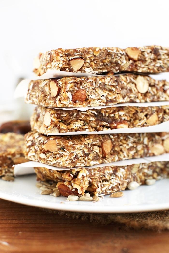 gesunde snacks, rezepte mit eiweiß, eiweißriegel mit haferflocken und nüssen, vegane schokoalde