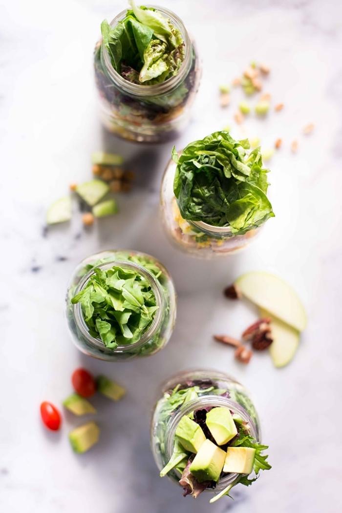 gesunde snacks, essen für unterwegs, salat in einmachglas, 4 verschiedene rezepte
