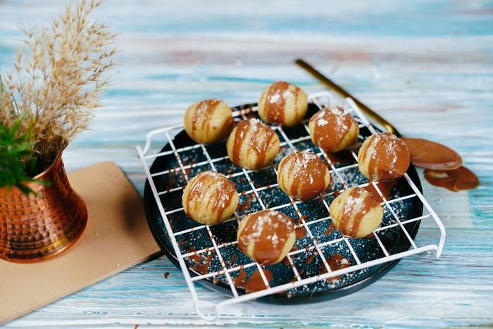 gesunde snacks für unterwegs marzipanbllchen marzipankugeln mit kokosbutter und maelmehl