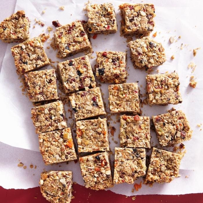 gesunde snacks ideen, bars mit haferflocken, nüssen und datteln, zuckerarme riegel