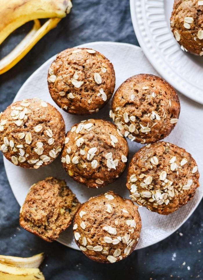 gesunde snacks, muffins mit bananen, zimt und haferflocken, muffinsrezept einfach und schnell