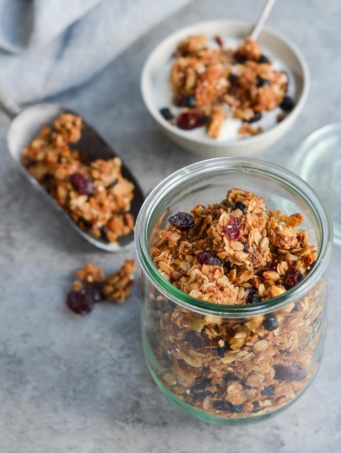 gesunde snacks rzeeote, essen für unterwegs, haferflocken mit datteln in einmachglas