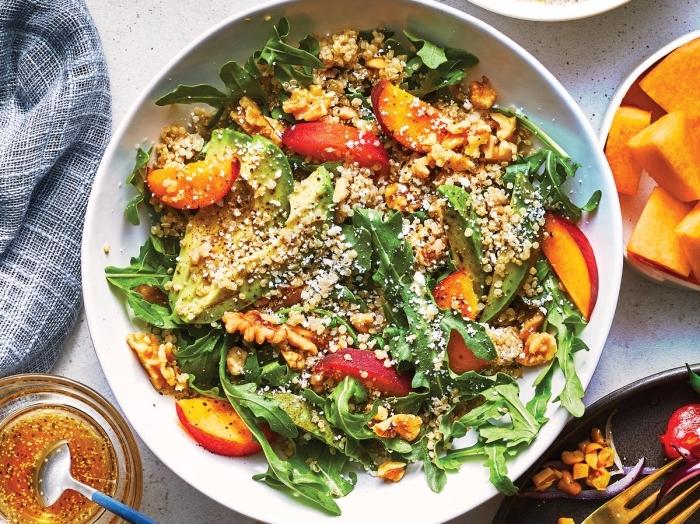gesunde vegetarische rezepte, salat mit quinoa, pfirsichen und parmesan, abendesen ohne fleisch