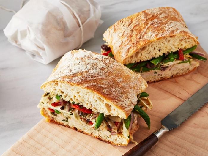 snadwiches mit bohnen paprika, käse und hphnerfleisch, gesunder snacks ideen, picknick essen