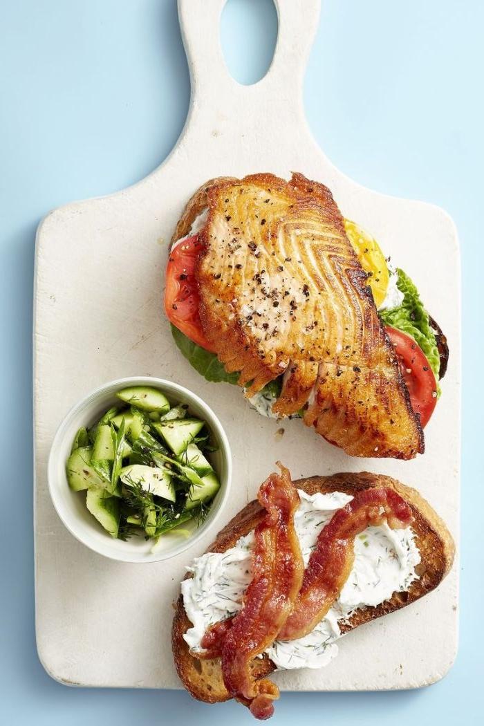 gesunde rezepte einfach zubereiten, lachs oder bacon, fleisch oder fisch kombination mit salat und frischem gemüse