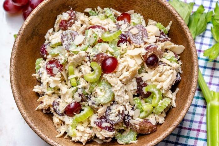 gesunde rezepte einfach zubereiten, einen salat, tunfisch mit sellerie, yogurt, oliven