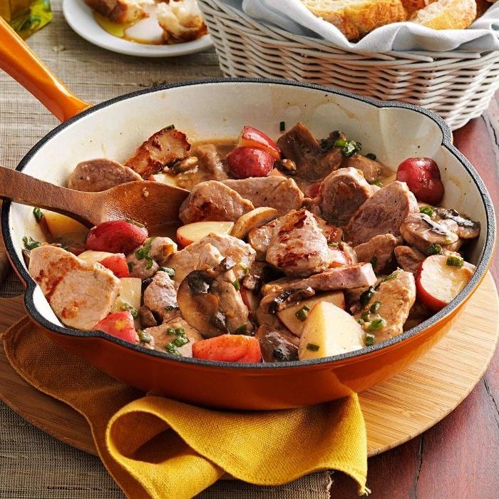 rezepte mit hackfleisch, fleischgericht in einer pfanne mit stücken fleisch und gemüse
