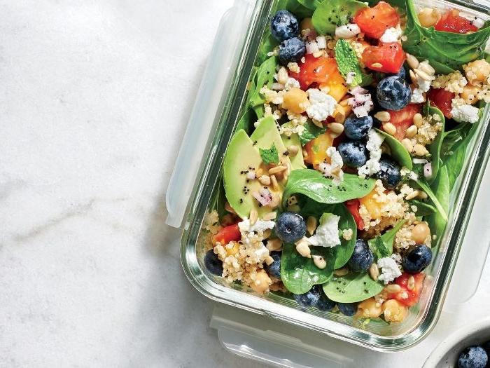 rezepte mit hackfleisch, salat mit blaubeeren, avocado und gebratene hackfleisch stücke
