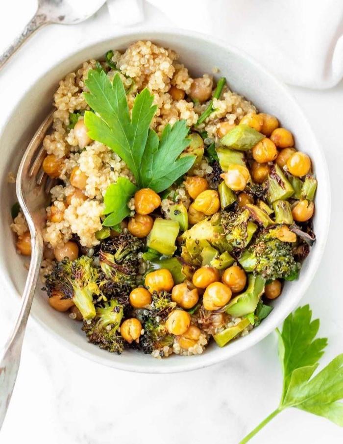 rezepte mit hackfleisch, veganes essen, vegetarische bowl mit kichererbsen, petersilie und quinoa